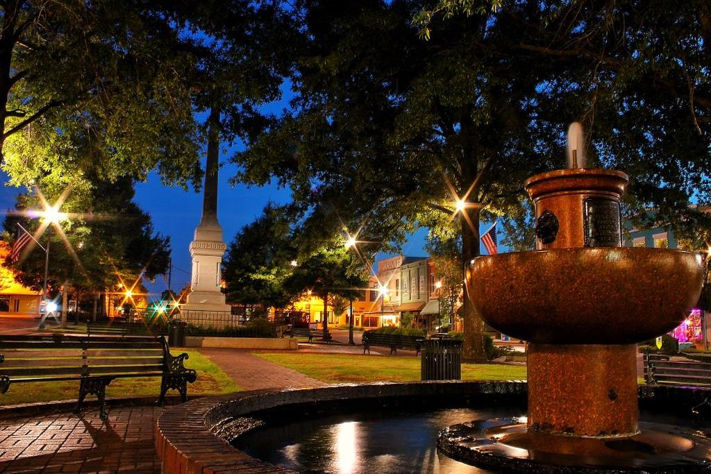 abbeville county, downtown abbeville, abbeville fountain, abbeville at night